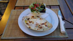 Gratin of asparagus with ham and salad